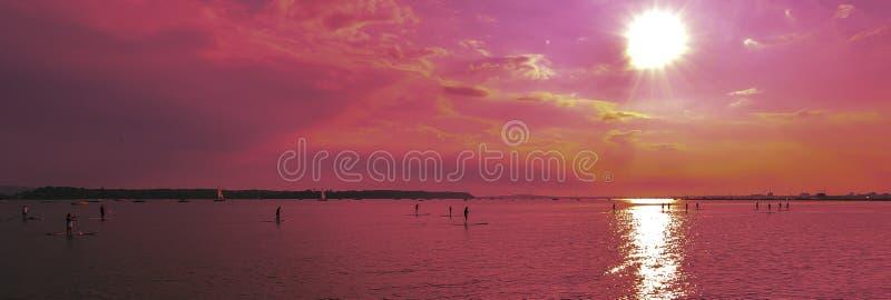 Sunsets πέρα από τα paddlebroaders στοκ φωτογραφία