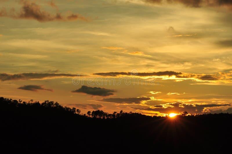 Sunsets, die hemel gelijk maken Gouden Hemel Gouden wolk zonsondergang met gouden gele hemel Het laatste uur op de eerste dag royalty-vrije stock foto's