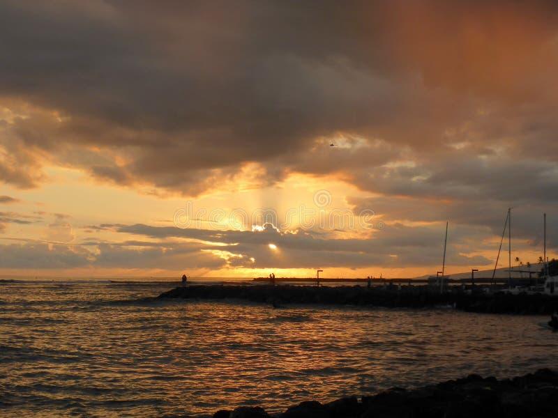 Sunsets door de wolken over de Vreedzame Oceaan royalty-vrije stock foto