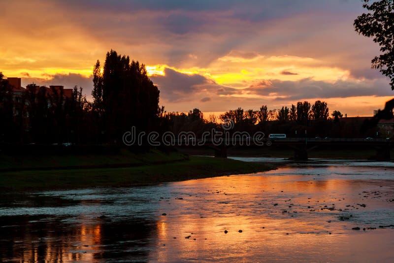 Sunsetsunset de la orilla del río en el fondo del uzgorod fotografía de archivo