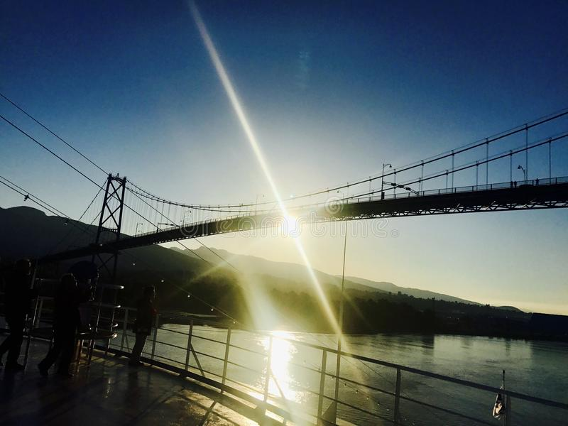 Sunsetting在狮子门桥梁下 免版税库存照片