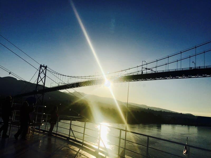 Sunsetting κάτω από τη γέφυρα πυλών λιονταριών στοκ φωτογραφίες με δικαίωμα ελεύθερης χρήσης