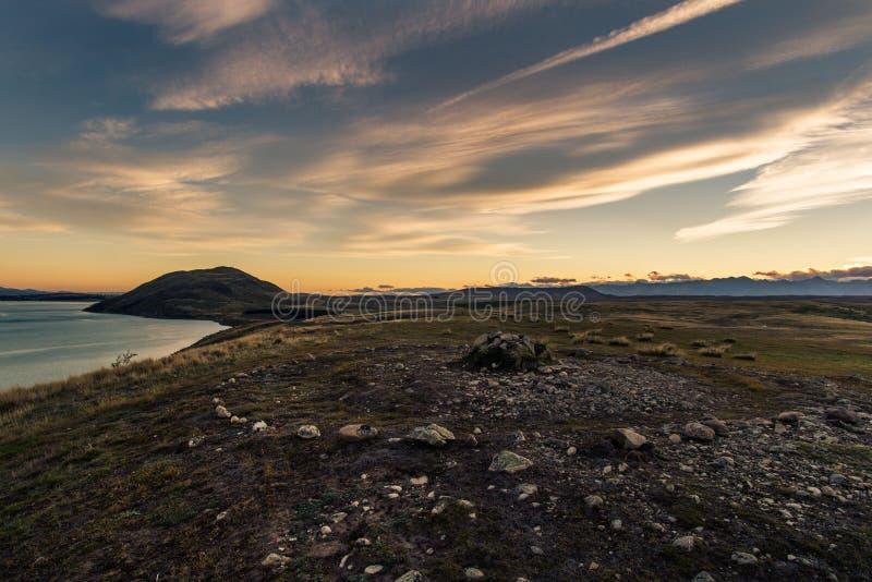 Sunsetting atrás da montagem John no lago Tekapo fotos de stock royalty free