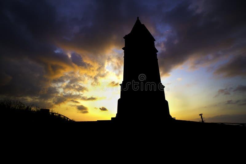 Sunsetting atrás da torre fotos de stock