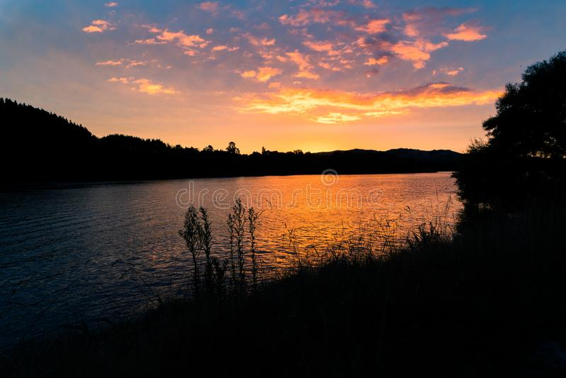 Sunsetting atrás na ilha norte do ` s de Nova Zelândia fotos de stock