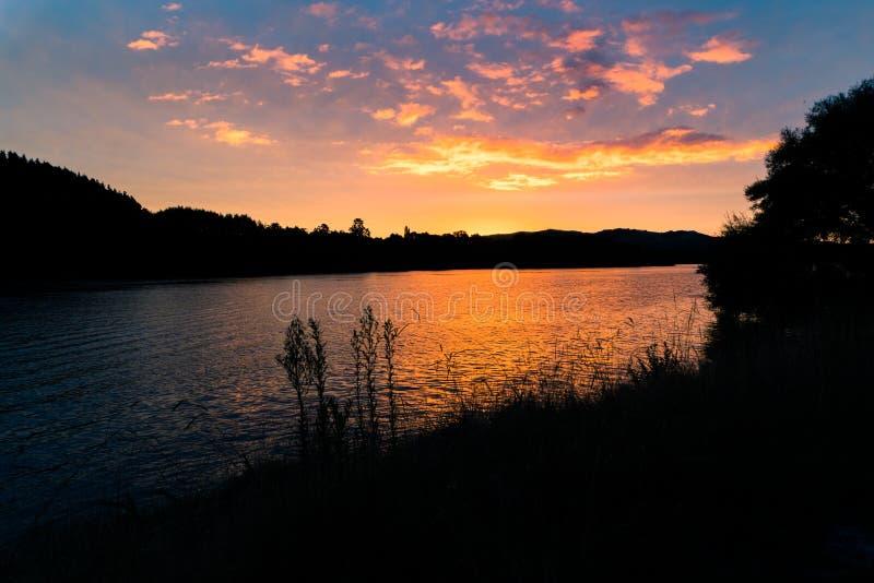 Sunsetting erachter op het Noordeneiland van Nieuw Zeeland ` s stock foto's