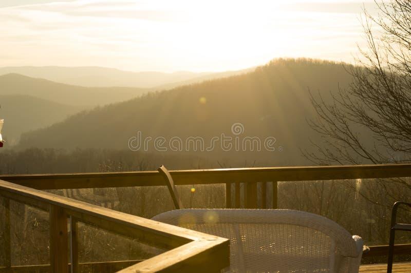 Sunsetting nad górami zdjęcie stock