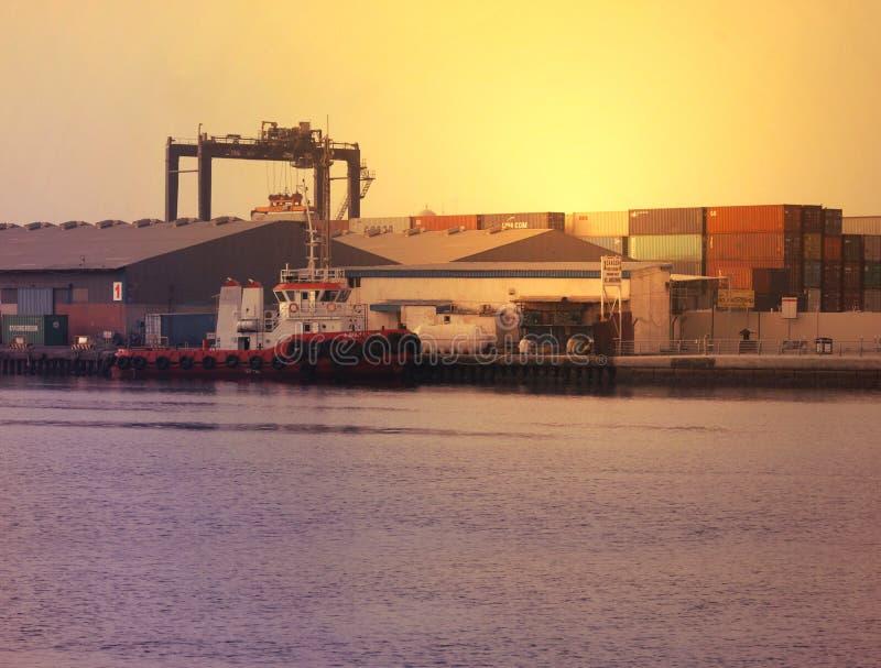 Sunsetting sikt i AJMAN-LITEN VIK, DUBAI på 21 Juli 2017 arkivfoto