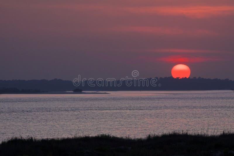 Sunsetting van Pelikaanhorloge wordt bekeken op Seabrook-Eiland dat royalty-vrije stock foto