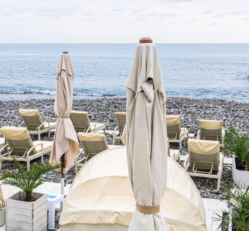 Sunshades i deckchairs na plaży zdjęcia royalty free