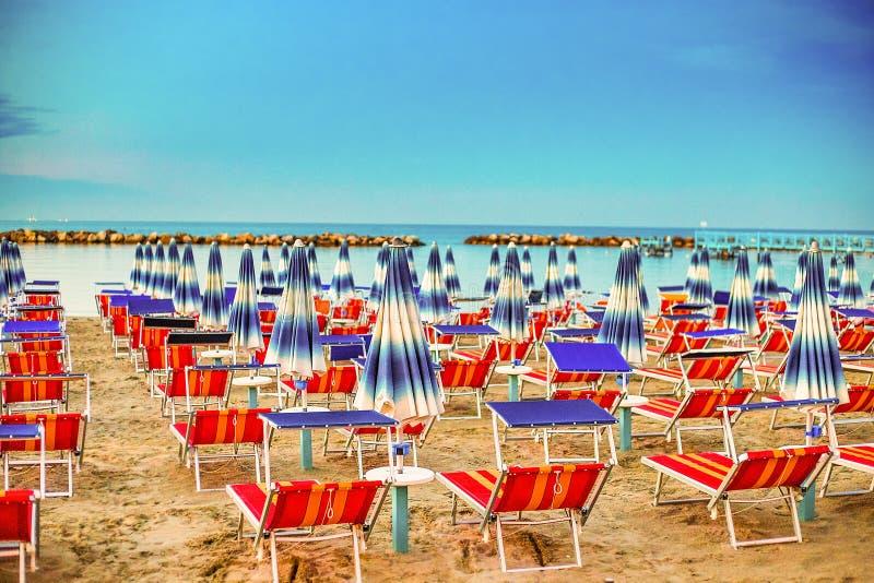 Sunshades i pokładów krzesła fotografia stock