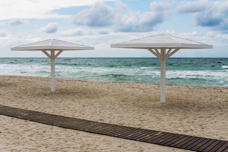 Sunshades przy piasek plażą obraz royalty free