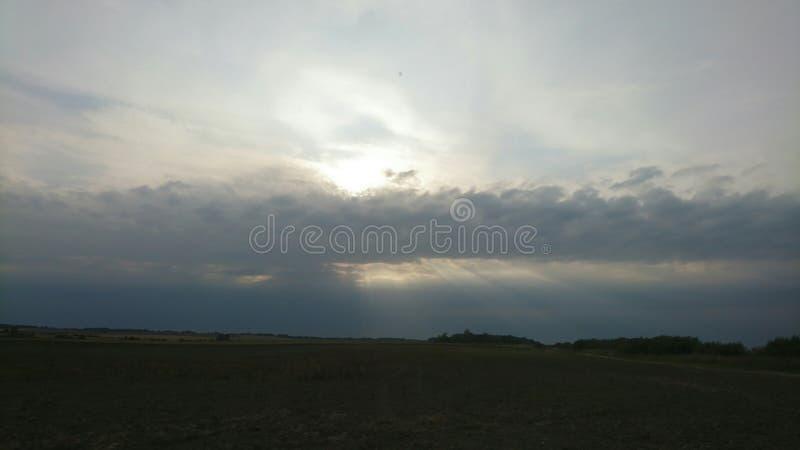 Sunshines από το νεφελώδη ουρανό στοκ φωτογραφία