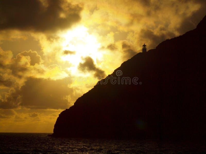 Sunsire au-dessus de Makapu et de x27 historiques ; phare d'u sur le dessus de montagne de cliffside photographie stock