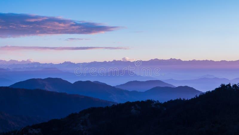 Sunsrise di Misty Mountains al sandakphu, India fotografia stock