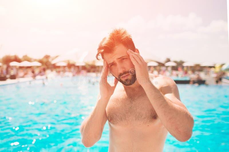 sunstroke Muscov fühlt sich schlecht, er ist krank Der Kerl ist krank Sehr heißes Wetter stockbilder