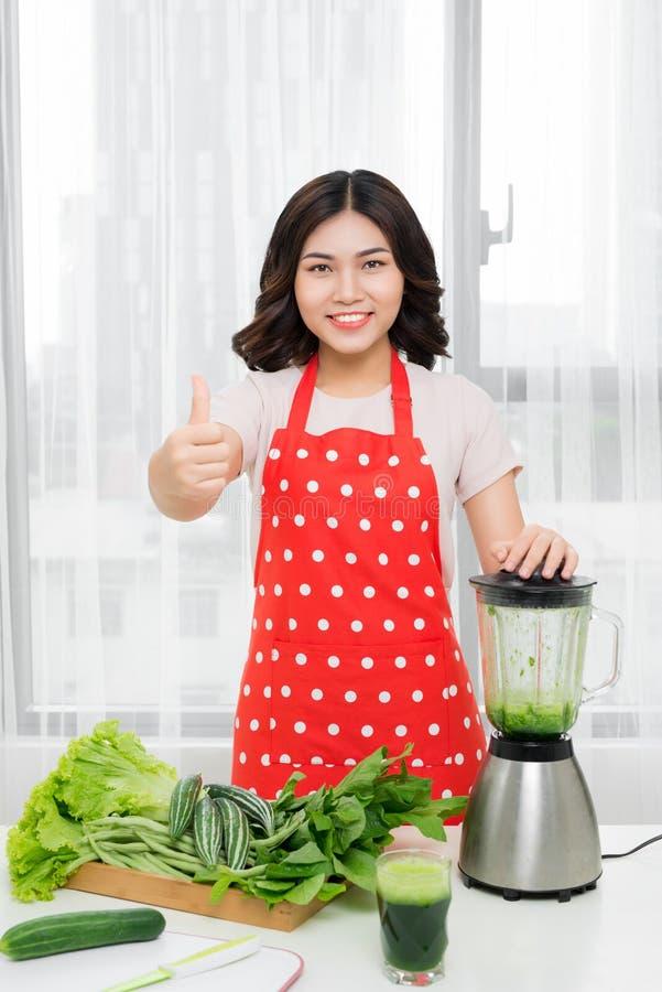 Sunt äta, att laga mat, vegetarisk mat, att banta och folket lurar royaltyfri fotografi