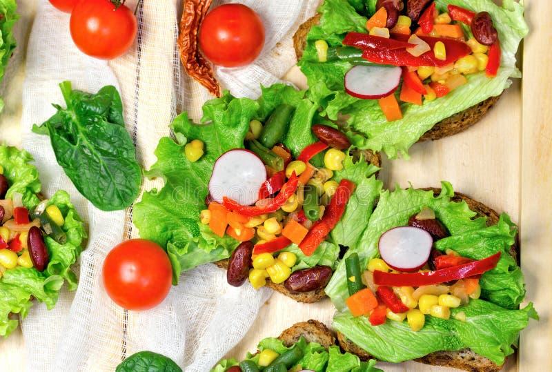 Sunt äta - vegetarisk smörgås arkivfoton