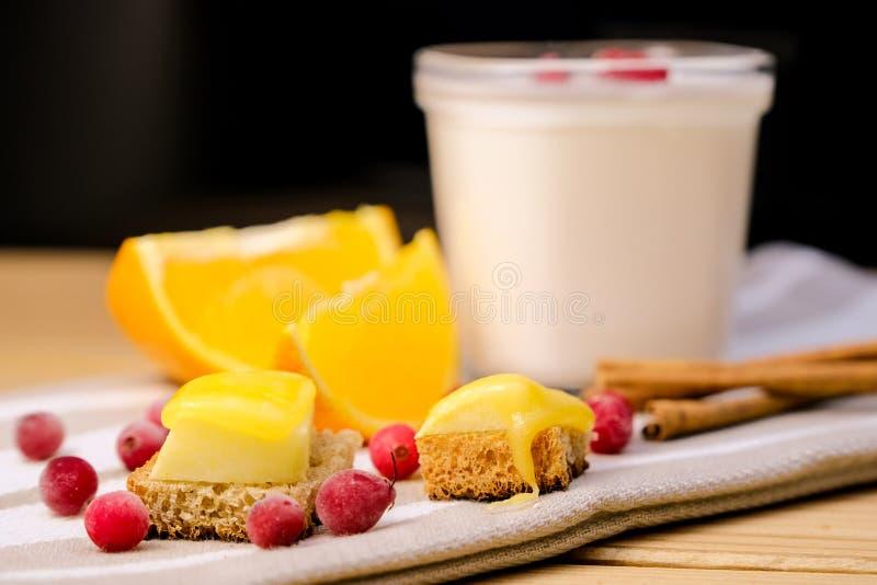 Sunt ätabegrepp: en krus av hemlagad yoghurt med ny cra royaltyfri fotografi