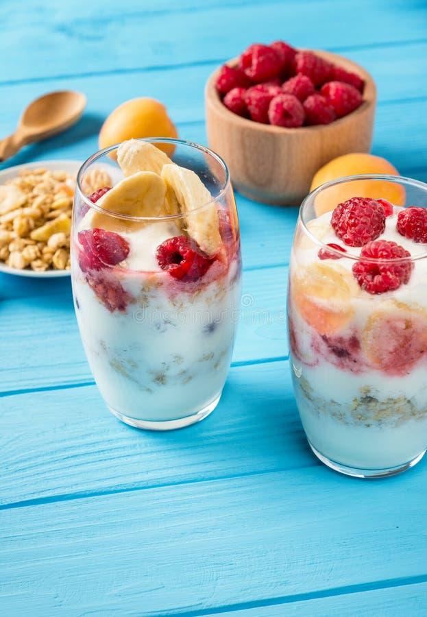 Sunt banta, bära frukt, yoghurten med granola royaltyfria bilder