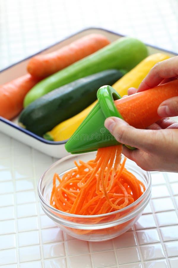 Sunt banta grönsaknudelsallad royaltyfri bild