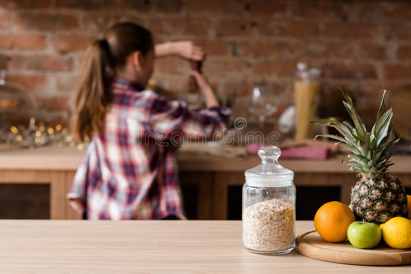Sunt banta hälsosam frukosthavremjölfrukt äter royaltyfri foto