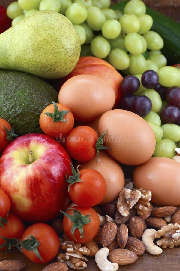 Sunt banta med ny frukt, ägg, muttrar och grönsaker fotografering för bildbyråer