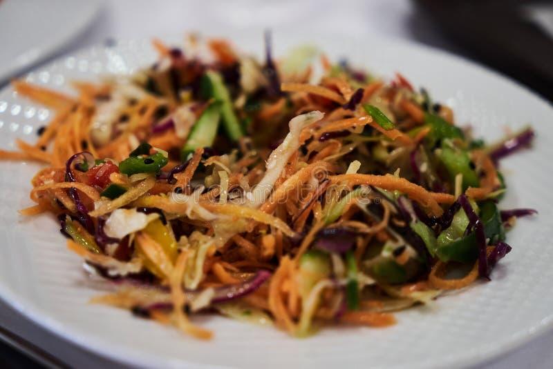 Sunt banta sallad med nya grönsaker, den röda löken, kål, moroten, gurkan, kål royaltyfri bild