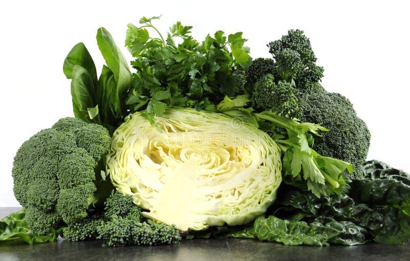 Sunt banta vård- foods med lövrika gröna grönsaker fotografering för bildbyråer