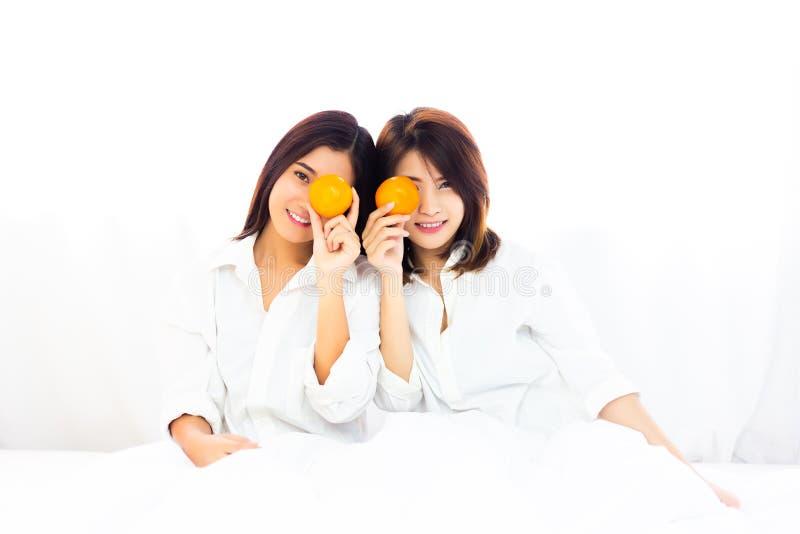 sunt begrepp Attraktiva härliga kvinnor rymmer apelsiner a royaltyfria bilder