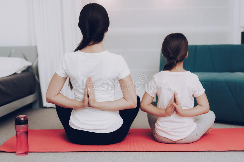 Sunt folk med yoga Sportswearflicka och mamma royaltyfri bild