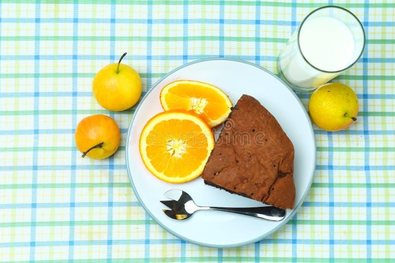 Sunt frukostfruktbröd och mjölkar royaltyfri foto