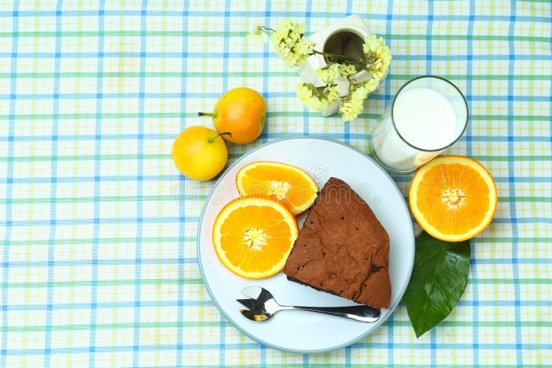Sunt frukostfruktbröd och mjölkar royaltyfria foton