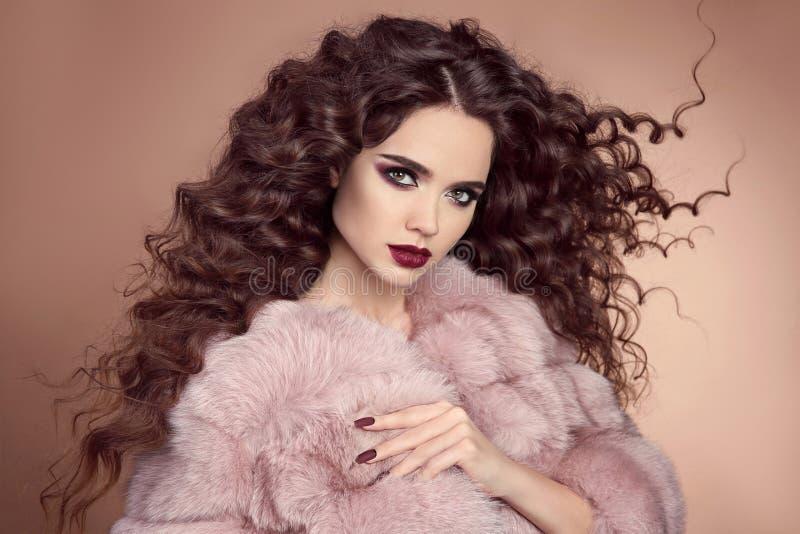 sunt hår Glamourstående av den härliga brunettkvinnamodellen royaltyfri bild
