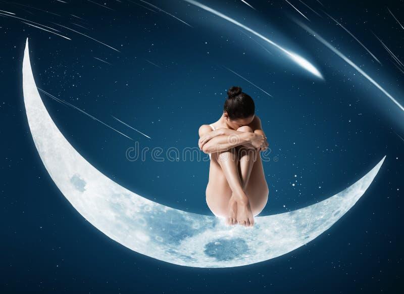 Sunt kvinnasammanträde på månen royaltyfri fotografi