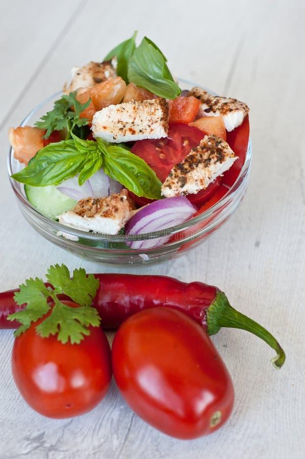 Sunt laga mat av sallad med nya läckra ingredienser som gör på skärbräda fotografering för bildbyråer