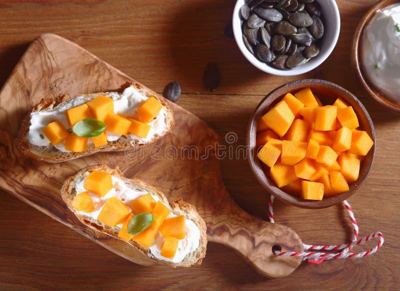 Sunt lagat mat med grädde bröd med fyllning på träbräde royaltyfri fotografi