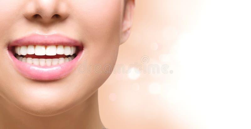 Sunt leende tänder som whitening Braces på en vit bakgrund arkivfoton