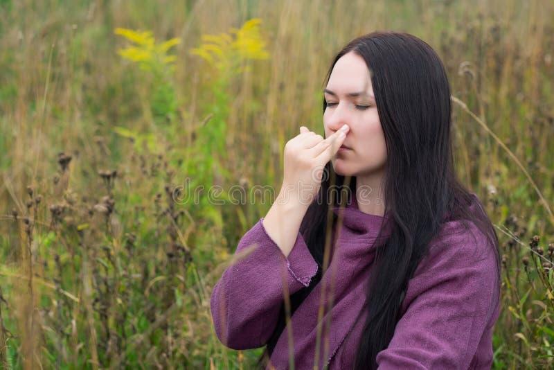 Sunt livövningsbegrepp För pranayamayoga för Caucasian kvinna praktiserande kontroll för andedräkt utomhus arkivfoto