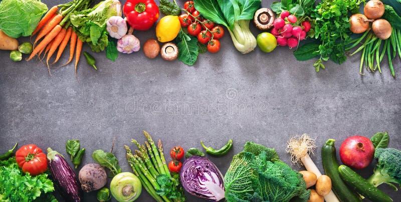 Sunt matbegrepp med nya grönsaker och ingredienser för att laga mat royaltyfria foton