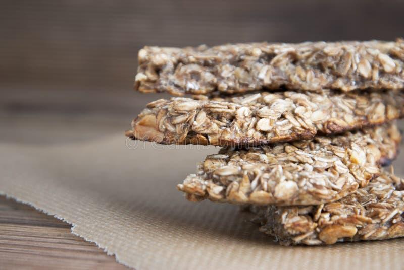 sunt mellanmål Kondition dietary mat Sädes- granolastänger med mutter-, honung- och havremål isolerat royaltyfri foto