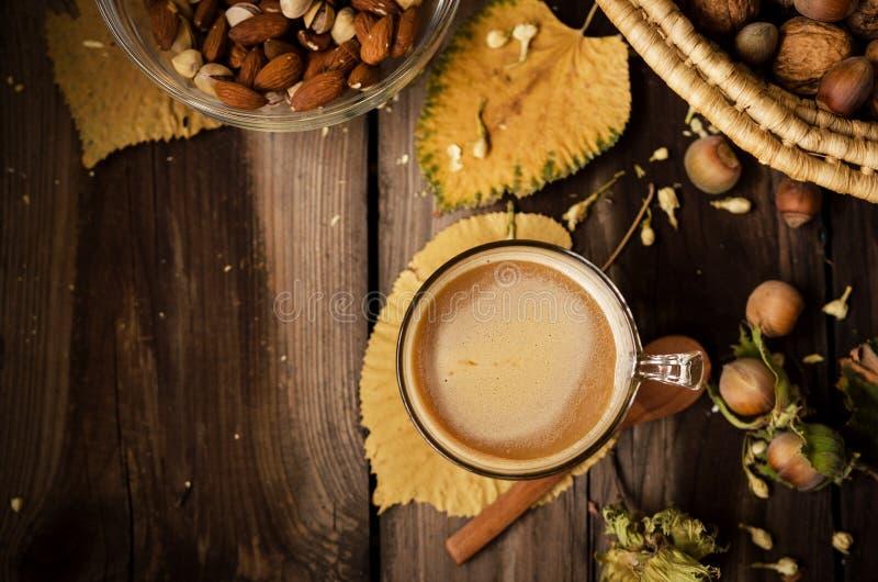 Sunt mellanmål med kaffe på den lantliga tabellen inomhus på höst royaltyfri bild