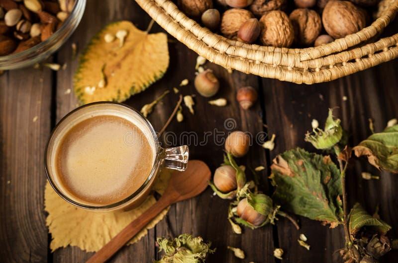 Sunt mellanmål med kaffe på den lantliga tabellen inomhus på höst royaltyfri foto