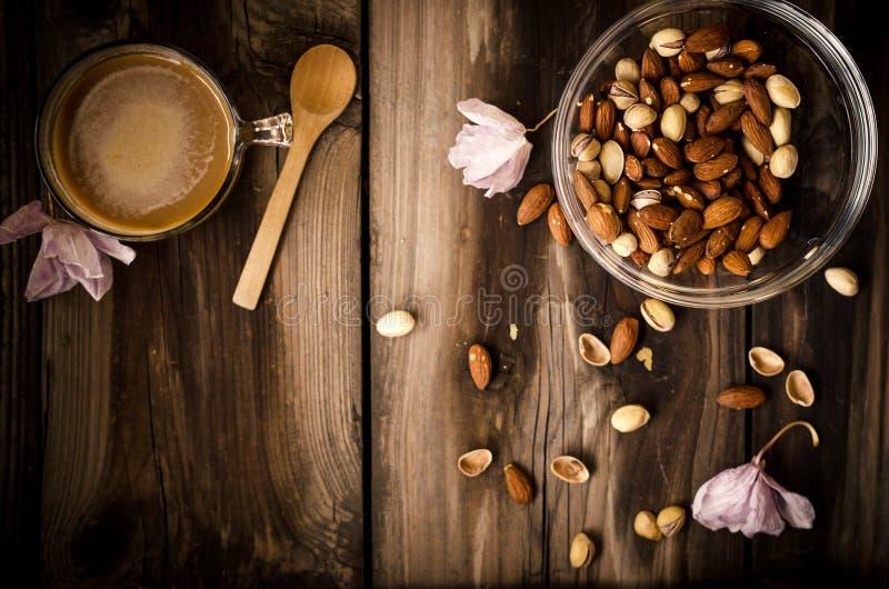 Sunt mellanmål med kaffe på den lantliga tabellen inomhus på höst arkivfoton