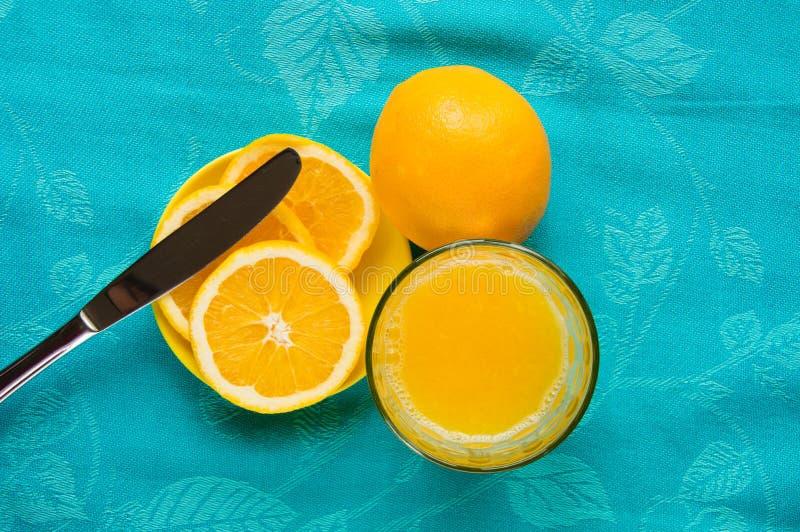 Sunt mellanmål och frukost med orange fruktsaft arkivfoton