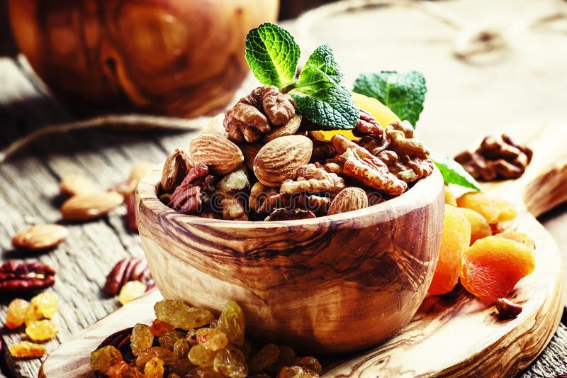 Sunt mellanmål: rå muttrar och torkat - frukt som dekoreras med mintkaramellen VI arkivbild