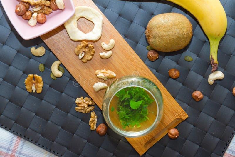 Sunt mellanmål som äter och dricker begrepp med grönt te arkivbild
