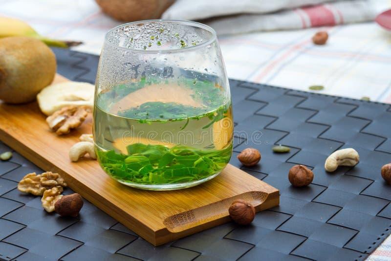 Sunt mellanmål som äter och dricker begrepp med grönt te arkivfoton