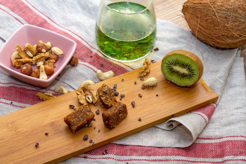 Sunt mellanmål som äter och dricker begrepp med grönt te royaltyfri fotografi