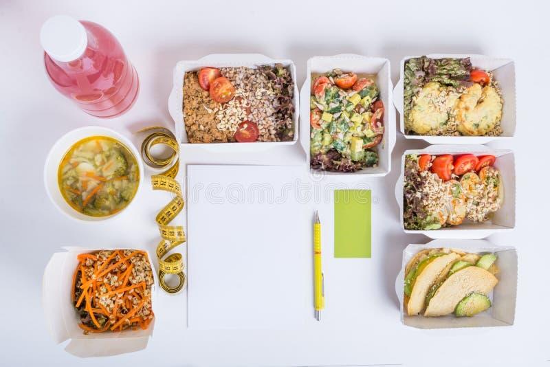 Sunt näringplan Ny daglig målleverans Restaurangmat för en, grönsaken, kött och frukter i folie boxas, detoxvatten arkivfoton